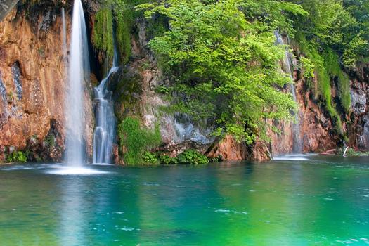 Emerald lake - Idyllic blue bay