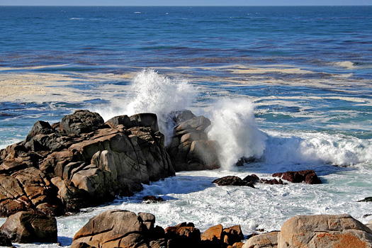 Big waves hitting against the rocks